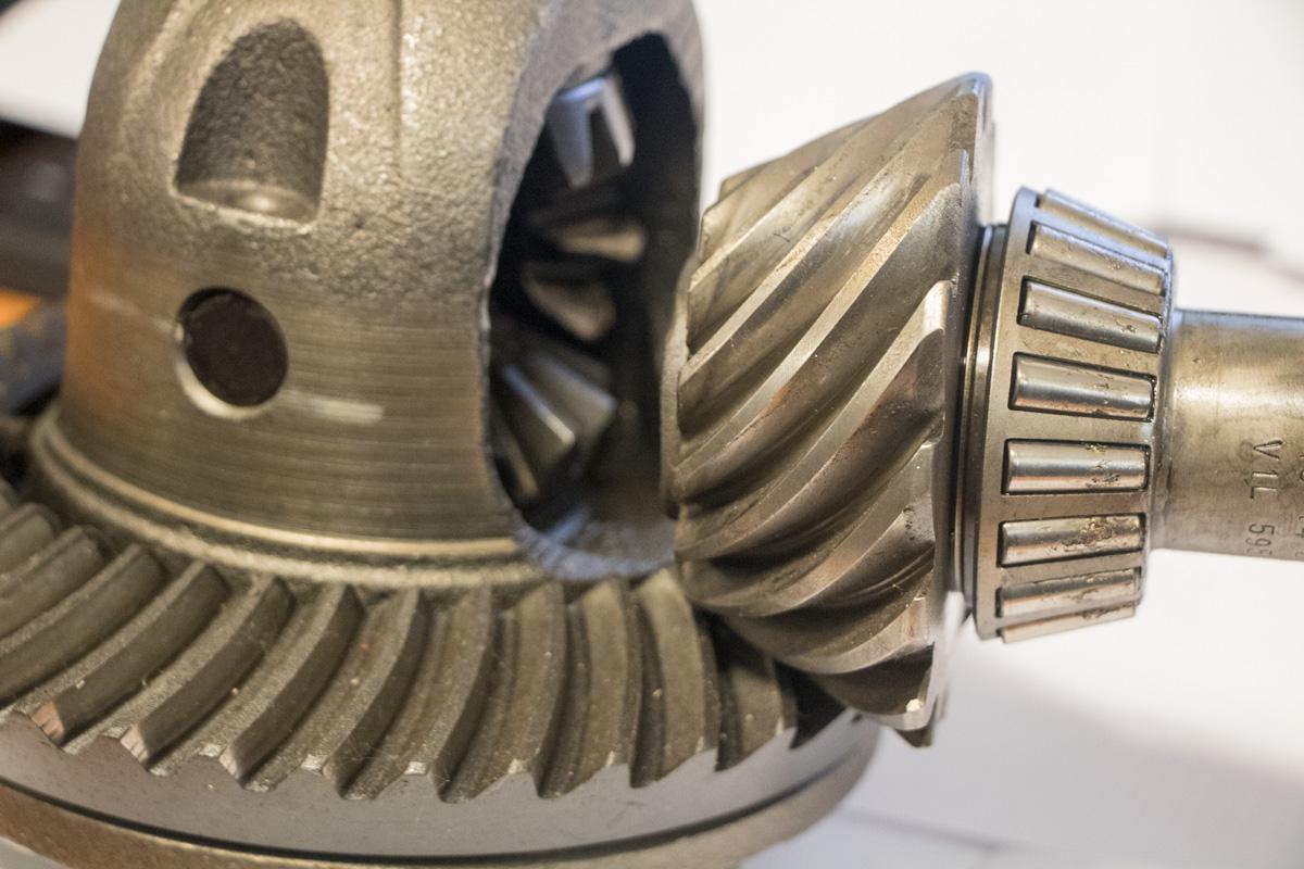 Pignon conique ou pignon d'attaque en position dans le différentiel
