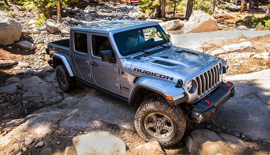 Jeep Gladiator en plein franchissement d'obstacles rocheux