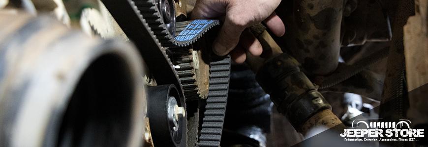 Distribution Jeep réalisée par notre mécanicien dans notre atelier. C'est une étape de l'entretien particulièrement délicate. La connaissance du véhicule, une expertise du fonctionnement de la distribution et une technique de précision font parti des pré-requis pour remplacer la courroie moteur. Il est important de laisser faire un expert et de ne pas s'y essayer au risque d'endommager les pistons et les soupapes moteur.
