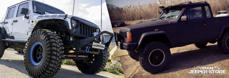 Deux véhicules de la marque Jeep et préparés par Jeeper Store à Montpellier. A gauche, le véhicule blanc est un Wrangler JK équipé pour le tout-terrain avec des pneus en taille 40 pouces, un kit réhausse de 6,5 pouces. A droite, il s'agit d'un Cherokee XJ transformé en Jeep Comanche MJ. Jeeper Store est un préparateur Jeep qui ne fait que des préparations sur mesure, uniquement en fonction des besoins du client. Notre atelier est situé à quelques minutes de la ville de Montpellier, dans le département de l'Hérault.
